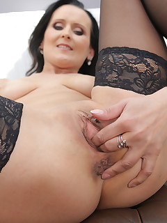 Mature Pictures Featuring 35 Year Old Pamela Price From AllOver30