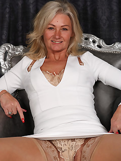 Mature Pictures Featuring 47 Year Old Ellen B From AllOver30