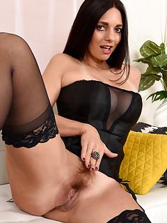 Mature Pictures Featuring 48 Year Old Mindi Mink From AllOver30