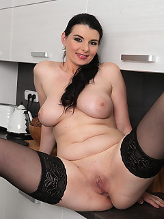 Mature Pictures Featuring 37 Year Old Sandra Nero From AllOver30