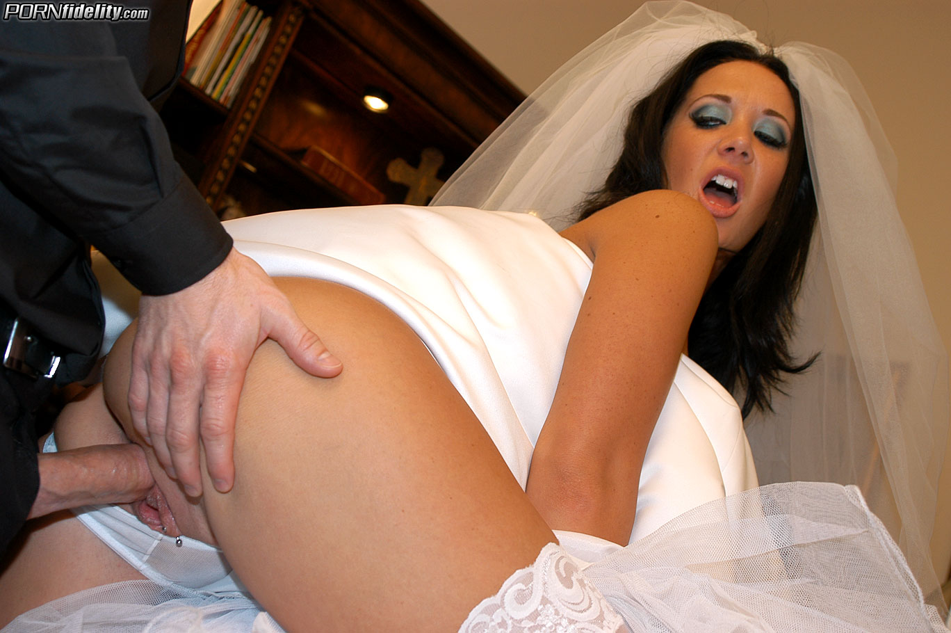 секс невесту в киску фото плечи куртенку какую-то